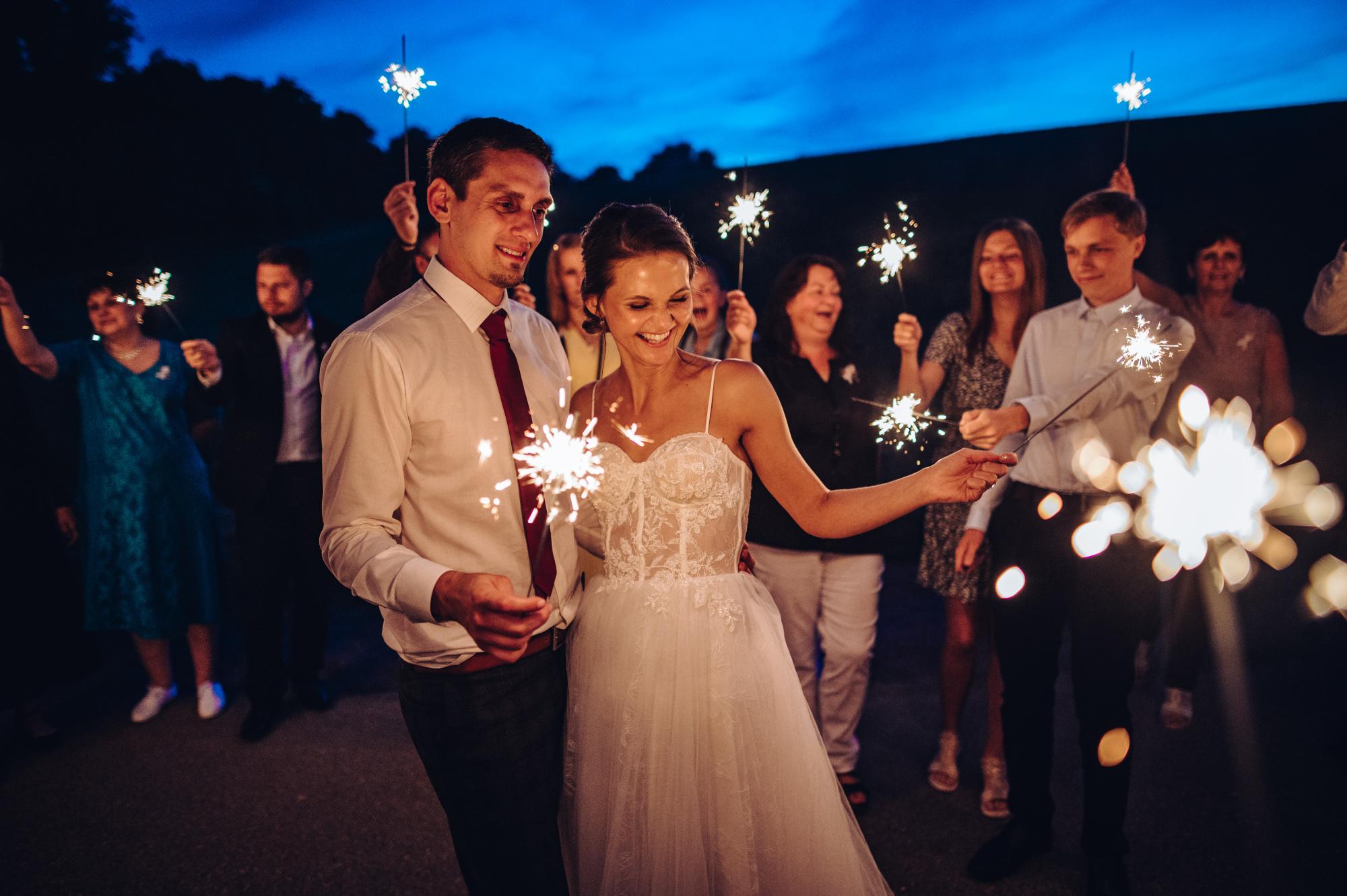 Svatební fotografie s prskavkama