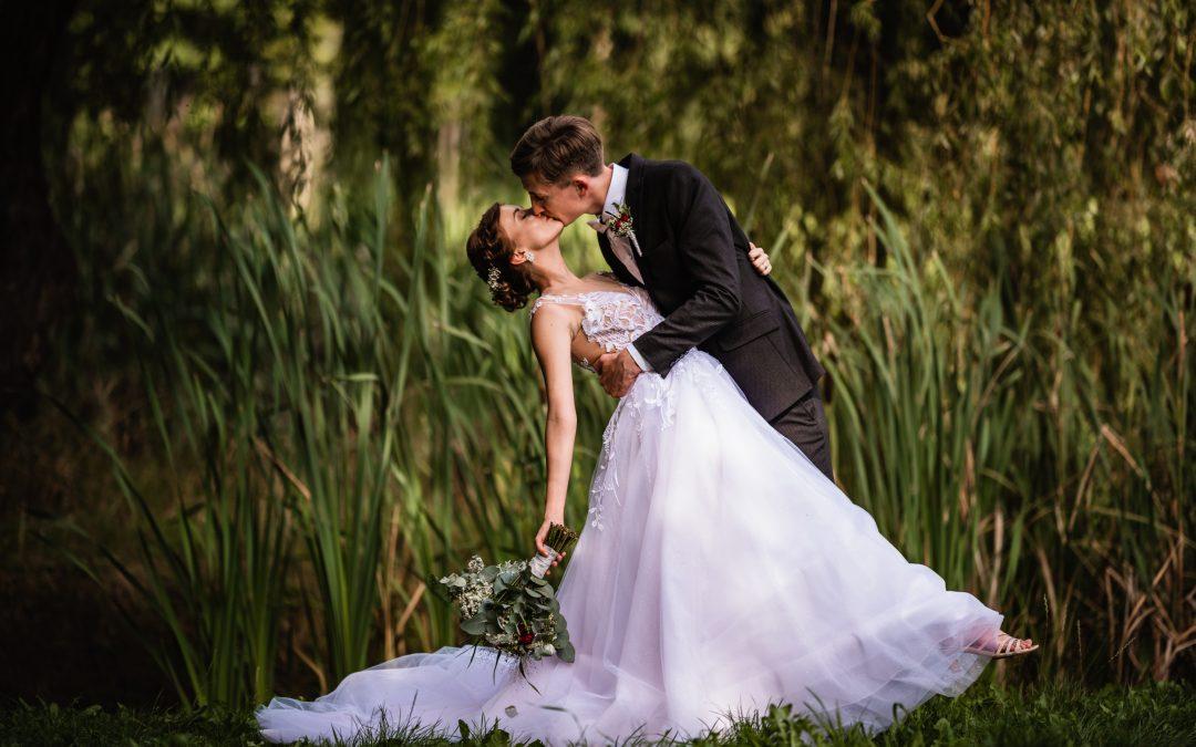 Svatební párové focení v přírodě u rybníka