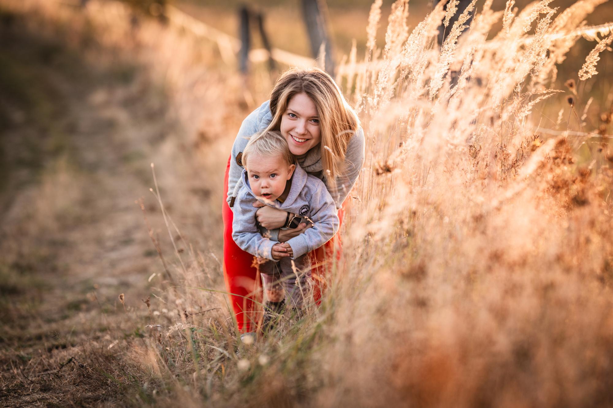 Maminka se synem na poli - Jiří Juráček Fotograf