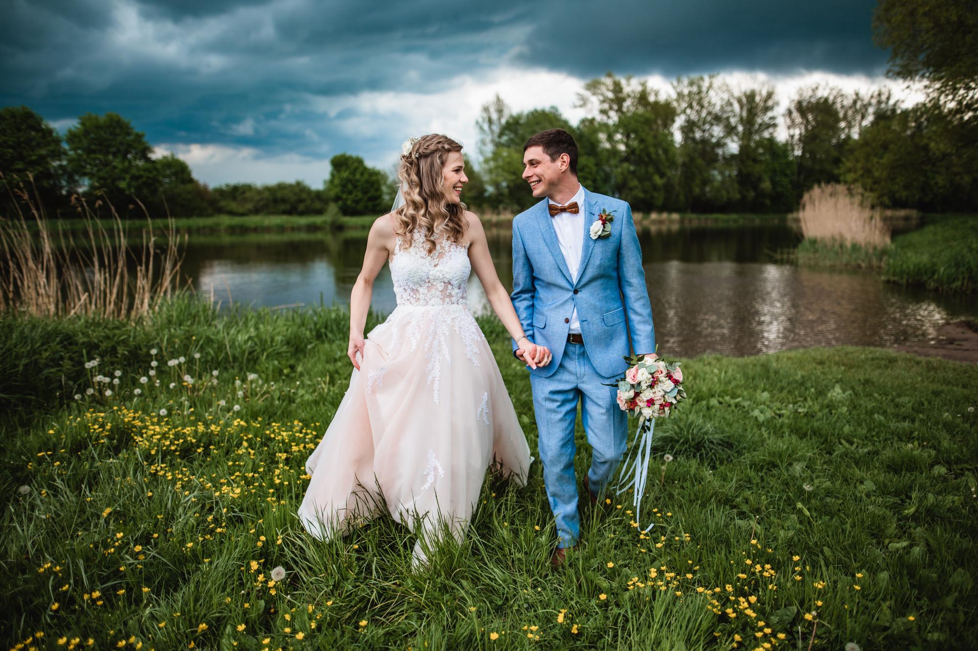 Párové svatební focení v přírodě u rybníku