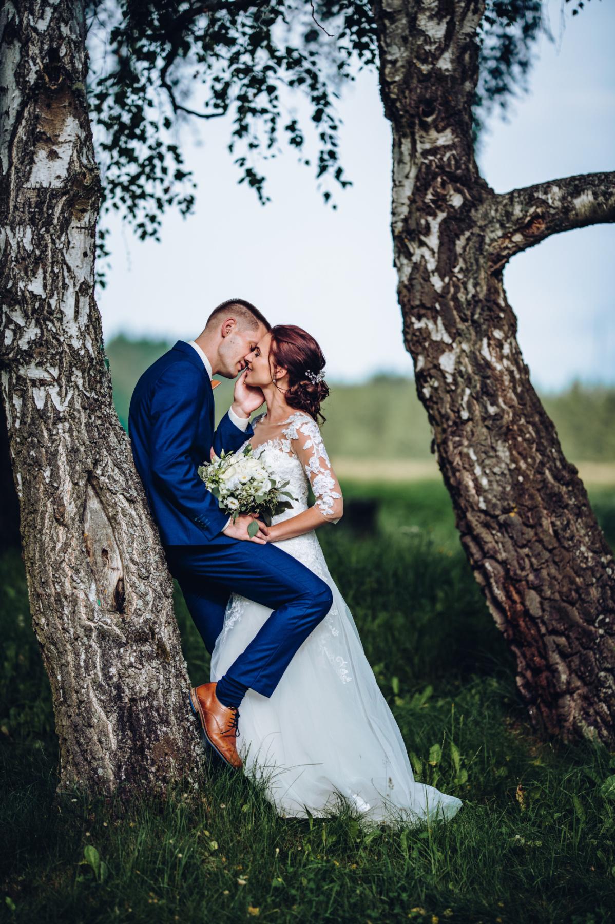 Svatební párové focení u stromu