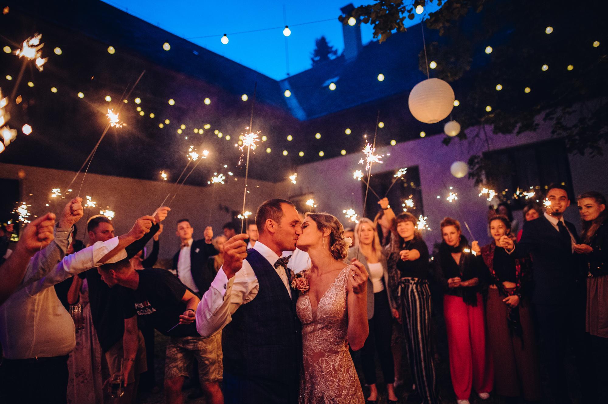 Svatební reportážní fotografie s prskavkama