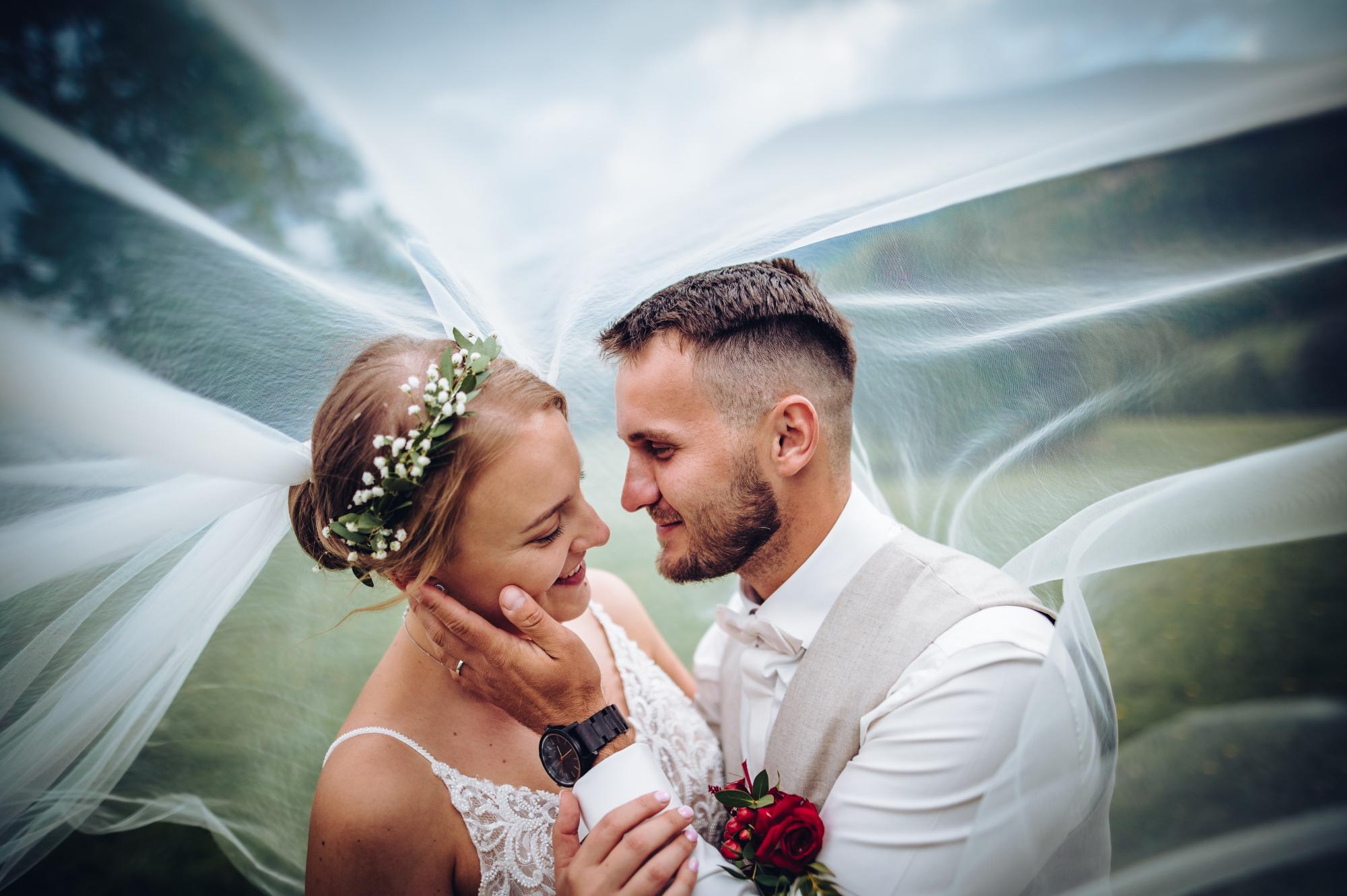 Svatební párové focení pod závojem v Jeseníkách
