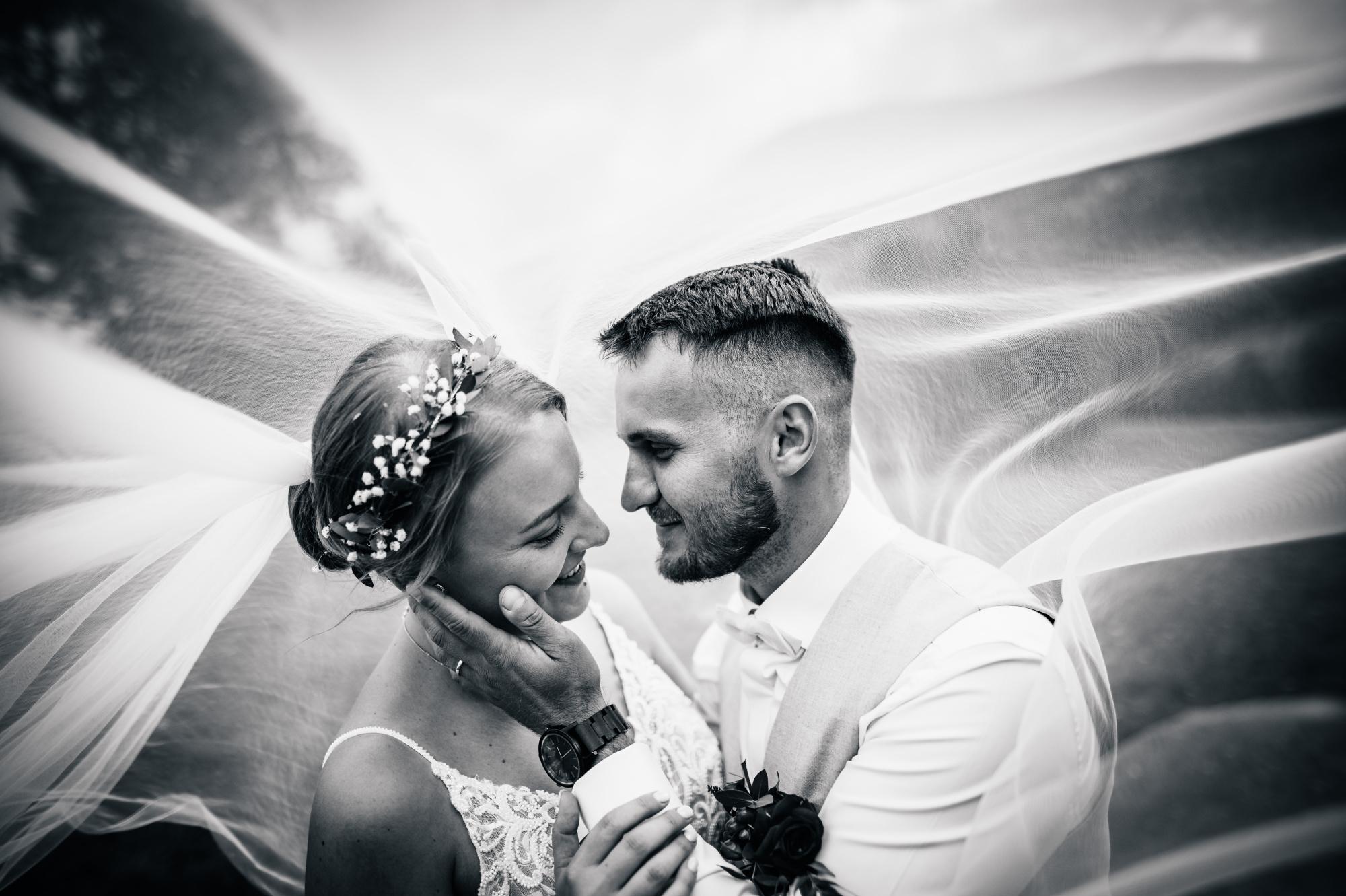 Svatební párové focení v Jeseníkách pod závojem